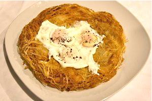 Πατάτες με αβγά τύπου Rosti, στο Base Grill