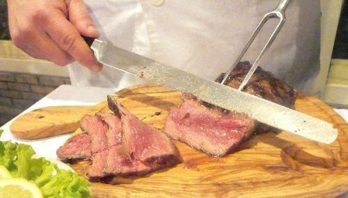 εσκαλοπ καλοσιτεμένο που κόβεται στο τραπέζι στο base grill