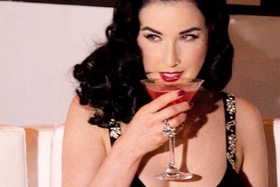 H βασίλισσα του σύγχρονου burlesque Dita von Teese για το Cointreaupolitan