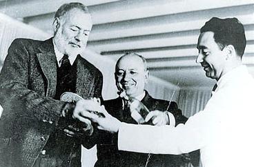Ernest Hemingway nella foto con Giuseppe Cipriani e Ruggero Caumo (Grazia Neri)
